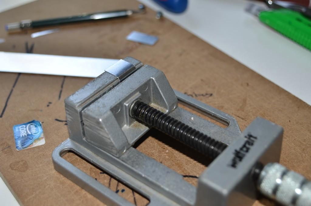 Abgewinkeltes Aluminiumblech in Klemme