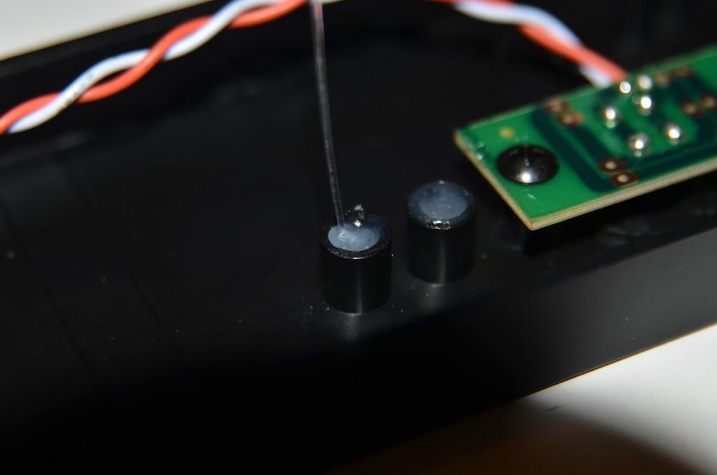 Andere Seite des Lichtleiters mit Heißkleber an Frontplatte fixiert