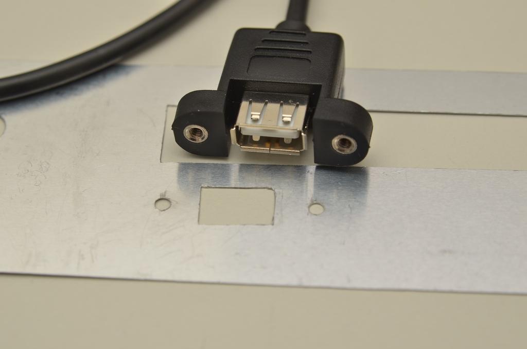 USB-Buchse mit Gehäuseblech