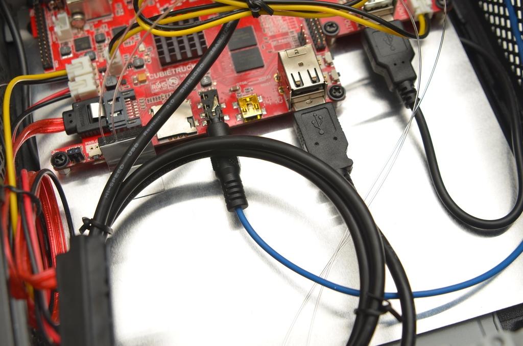 Angeschlossenes USB- und Audiokabel