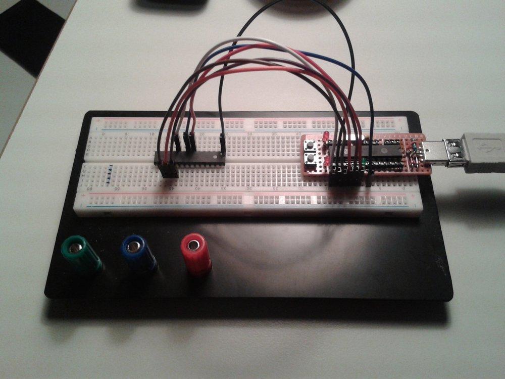TinyUSBBoard zum Flashen verbunden mit Atmel-IC auf Steckplatine - Übersicht