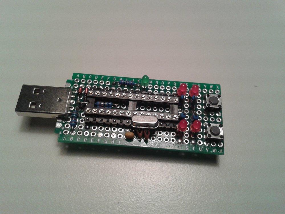 Montierte LEDs und Taster auf Leiterplatte